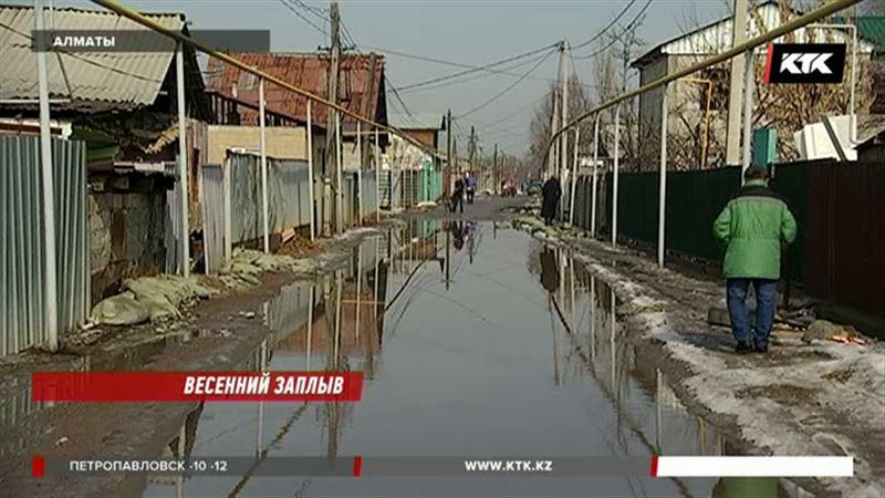 Третьи сутки в Алматинской области люди борются со стихией