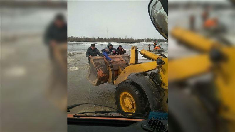 ВИДЕО: Из-за треснувшего моста в Белоруссии людей перевозят в ковшах тракторов