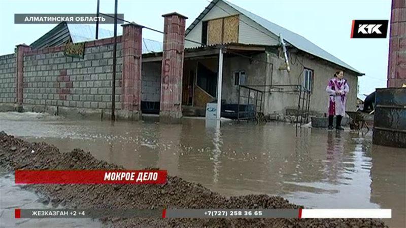 «Посмотрели, сфотографировали и уехали»: жители затопленных районов самостоятельно борются с паводками