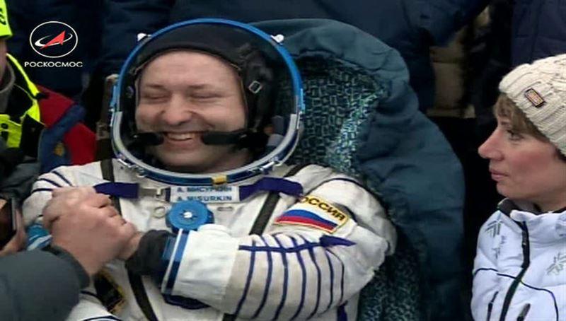 Спускаемый аппарат «Союза МС-06» с тремя космонавтами успешно приземлился в степи Казахстана