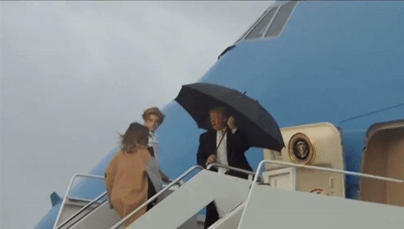 ВИДЕО: В Сети осудили Трампа, бросившего жену и сына под дождем