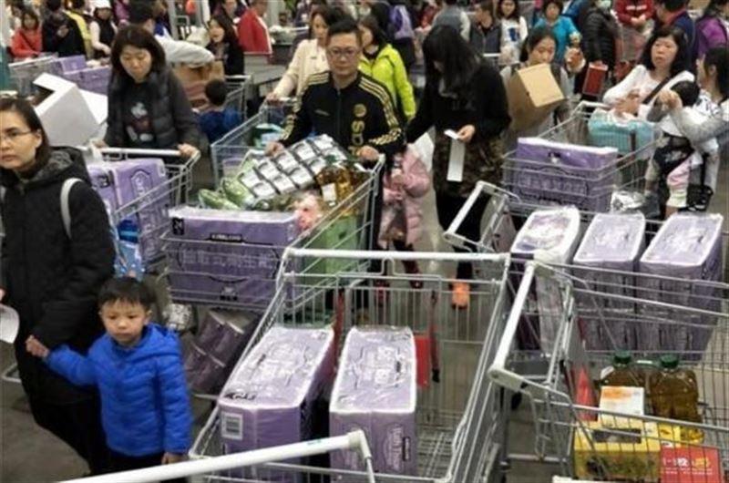 ФОТО: Тайвань тұрғындары жаппай дәретхана қағазын сатып алуда