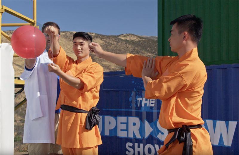 Монах из Шаолиня пробил иголкой стекло