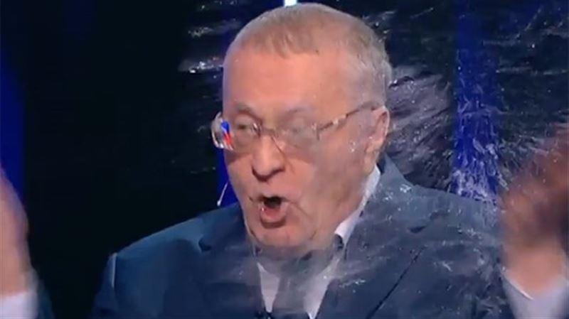 ВИДЕО: Ксения Собчак Жириновскийдің үстіне су шашып жіберді