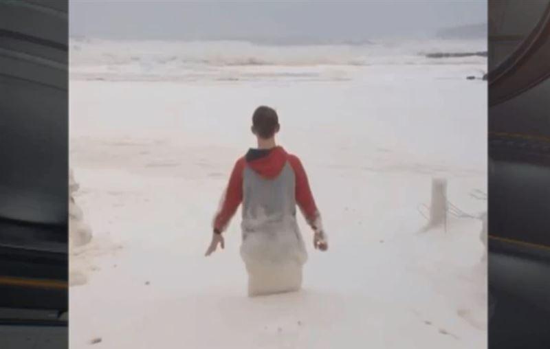 В Австралии сняли на видео «токсичное» пенное море