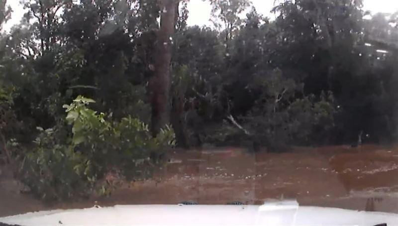 Мужчина снял на видео свой дрейфующий автомобиль во время наводнения
