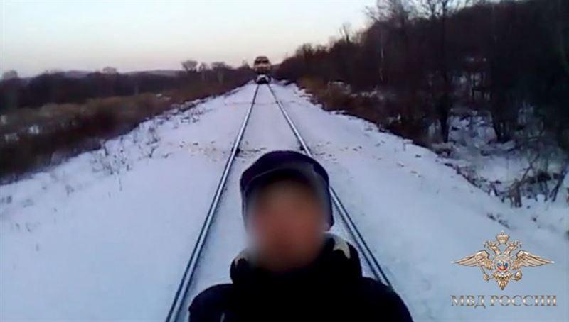 В России дети чуть не погибли, снимая видео на фоне движущегося поезда