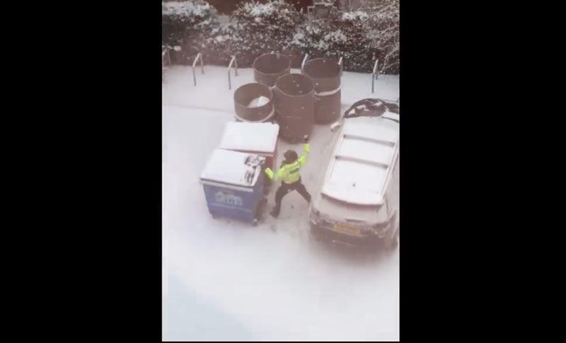 В Лондоне сняли на видео полицейских, которые играли в снежки
