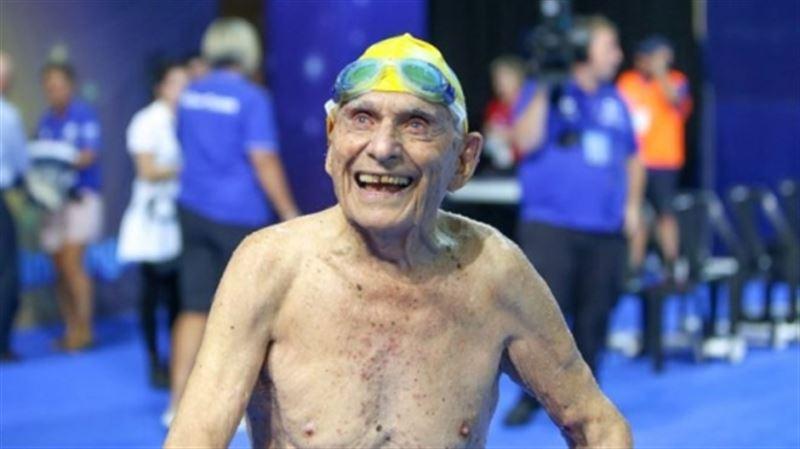 ФОТО: 99 жастағы қария жүзуден рекорд жаңартты