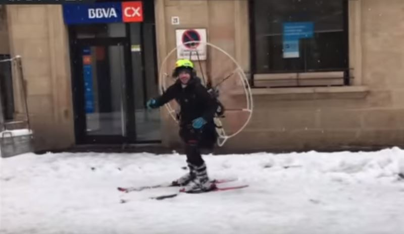 Испанский Карлсон: Мужчина прокатился на лыжах с пропеллером