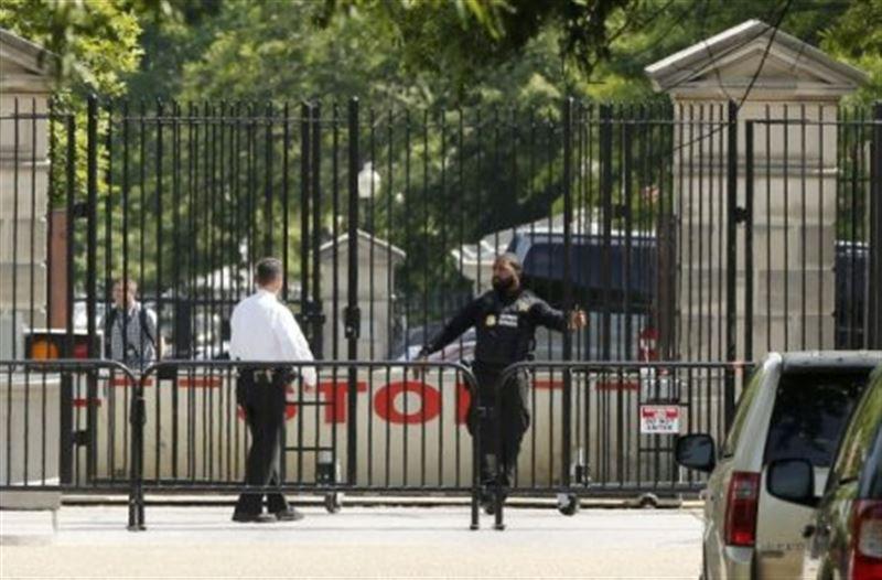 Возле Белого дома мужчина совершил самоубийство