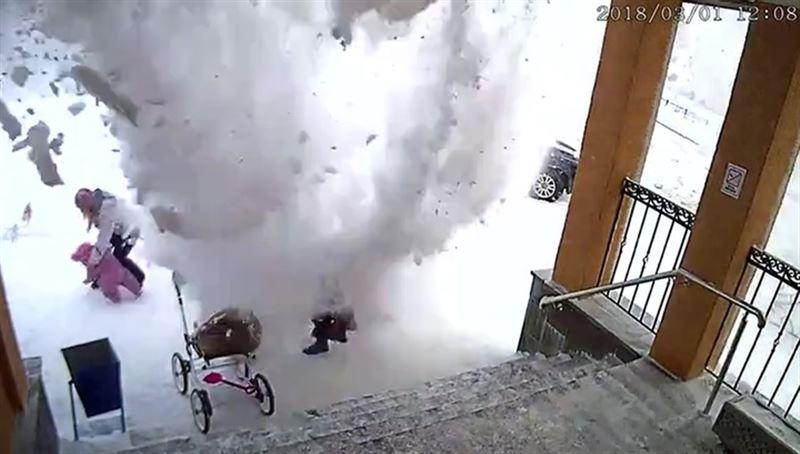 Видео: Снежная глыба чуть не убила женщин и ребенка