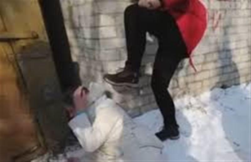 Жестокое избиение школьницы ее ровесницами попало на видео