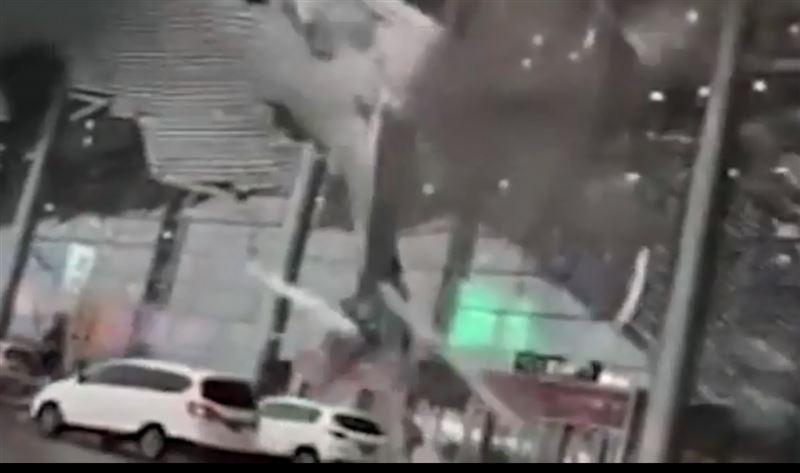 ВИДЕО: В китайском аэропорту произошло обрушение крыши терминала