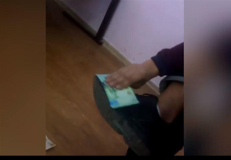 Пользователей Казнета шокировали подростки, которые вытирали обувь банкнотами тенге