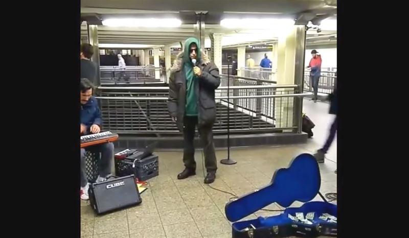 В метро Нью-Йорка комик Адам Сэндлер устроил бесплатный концерт