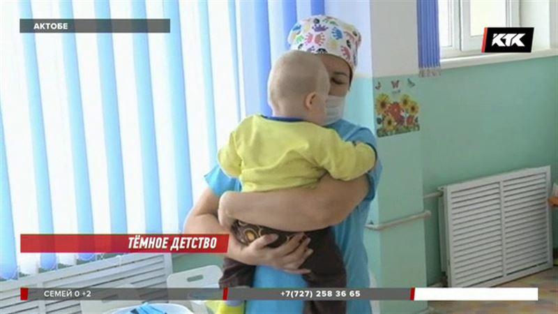 Ослепшего по вине матери малыша прооперировали