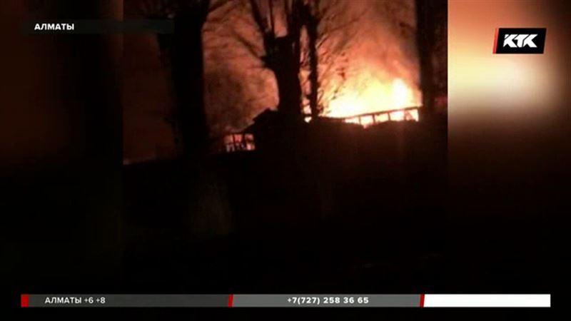 Дотла выгорел в Алматы мебельный склад