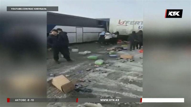 В Жамбылской области автобус врезался в КамАЗ