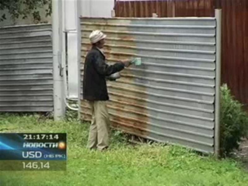 В Петропавловске жителей заставляют красить заборы