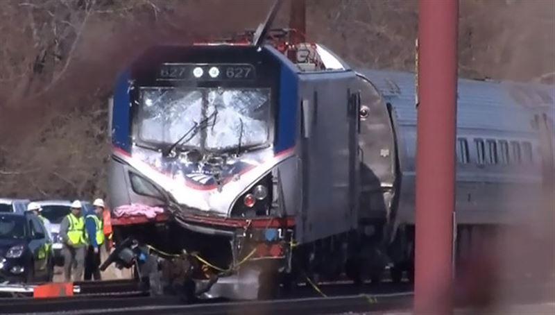 В США поезд врезался в грузовик с соляной кислотой