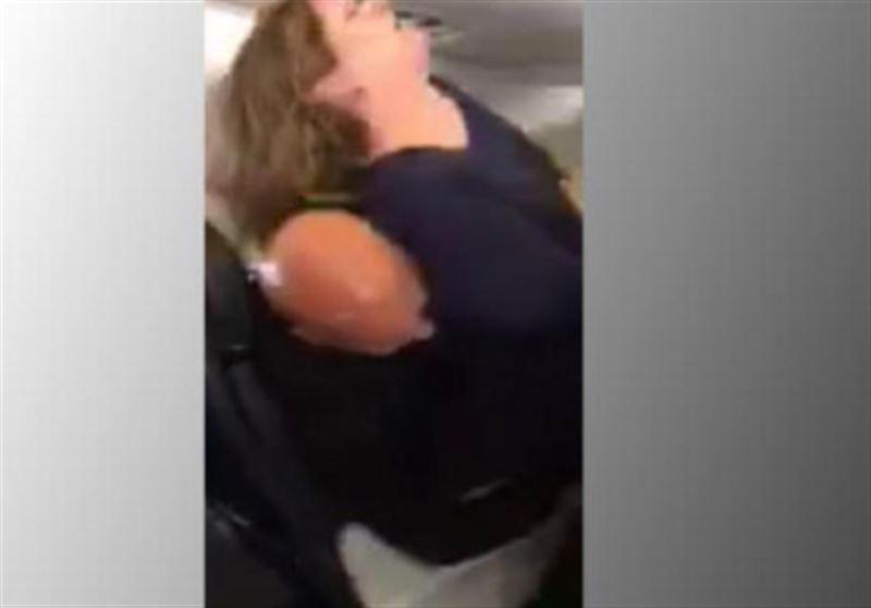 Американка с криками «Я - Бог» пыталась выпрыгнуть из самолета