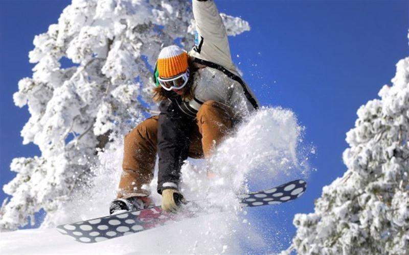 Сноубордист снял на видео спуск во время лавины