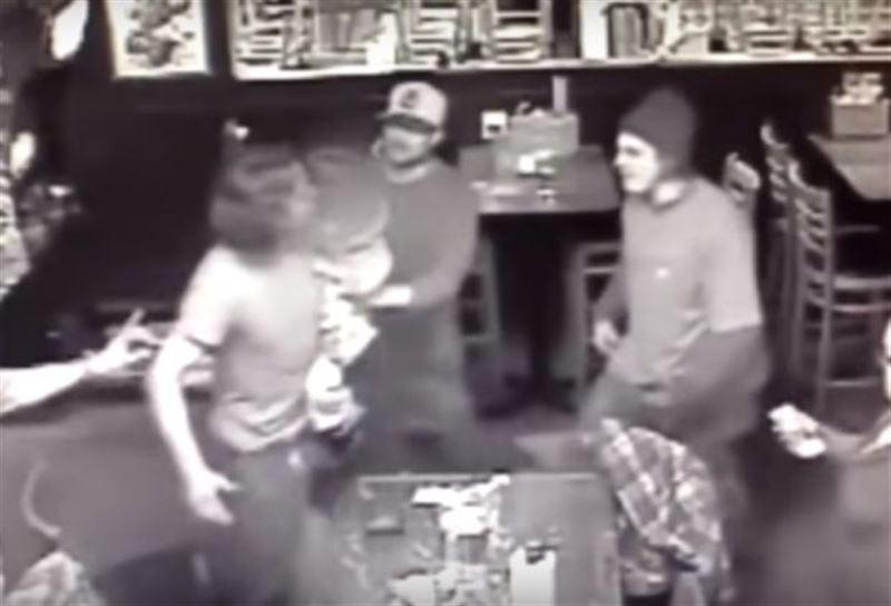 ВИДЕО: Барда кішкентай қызын көтерген ер адам соққыға жығылды