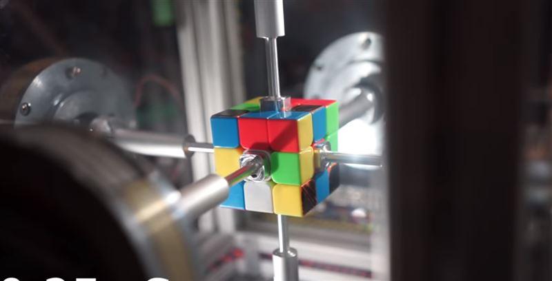 Меньше секунды потребовалось роботу, чтобы собрать кубик Рубика