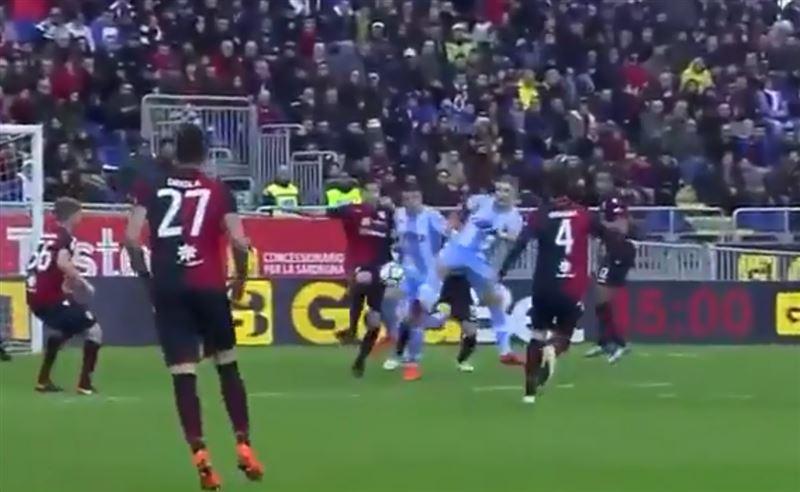 Футболист отбил мяч пяткой и спас команду от поражения