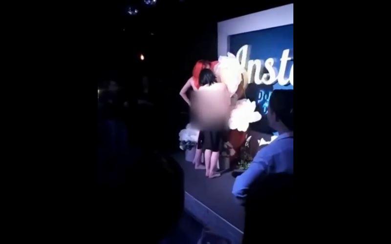 ВИДЕО (18+): Посетительницы ночного клуба разделись догола, чтобы бесплатно увеличить губы