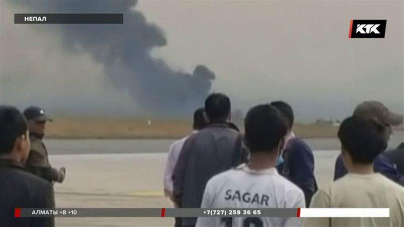 В Непале пассажирский самолет упал на футбольное поле