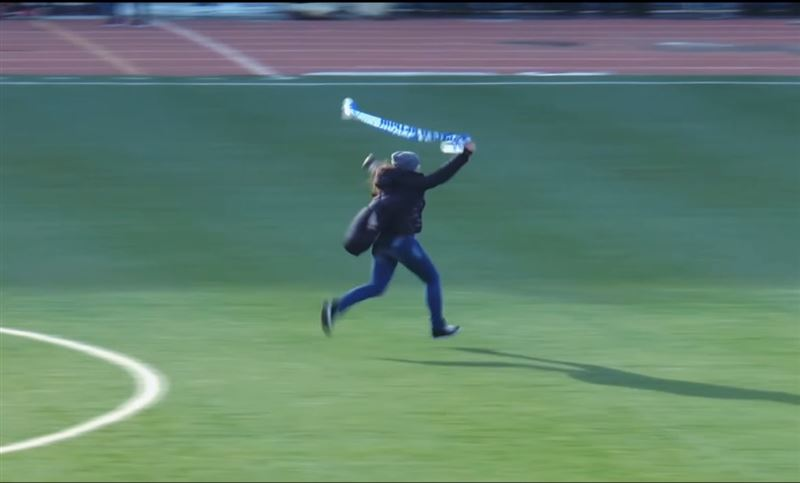 Футбольная фанатка выбежала на поле во время Чемпионата в Павлодарской области