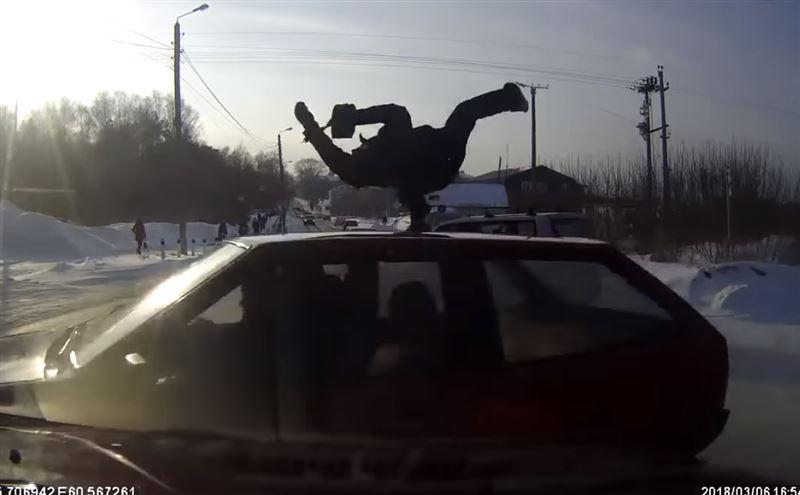 ВИДЕО: Водитель сбил пешехода, столкнулся с автомобилем и снес дорожный знак