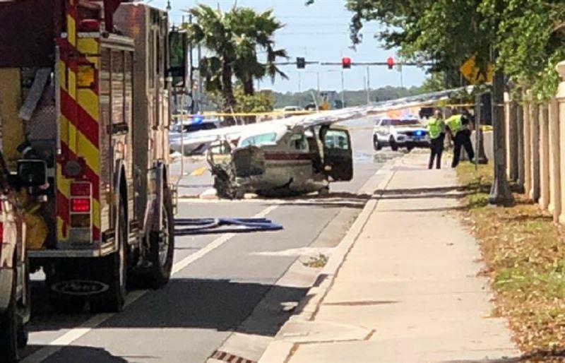 Во Флориде легкомоторный самолет совершил жесткую посадку на одну из улиц