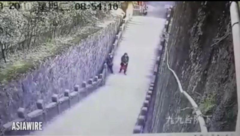 Видео: Телефонына үңілген жігіт таудан құлап қаза тапты