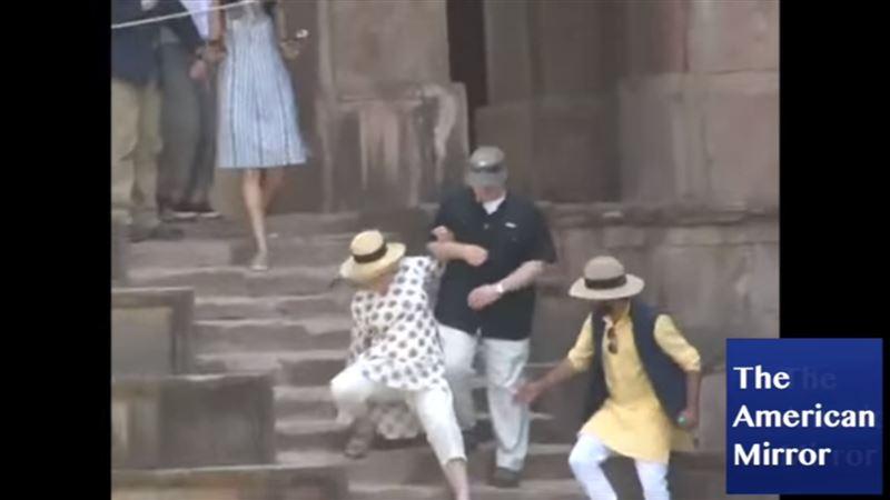 ВИДЕО: Хиллари Клинтон дважды чуть не упала с лестницы в Индии