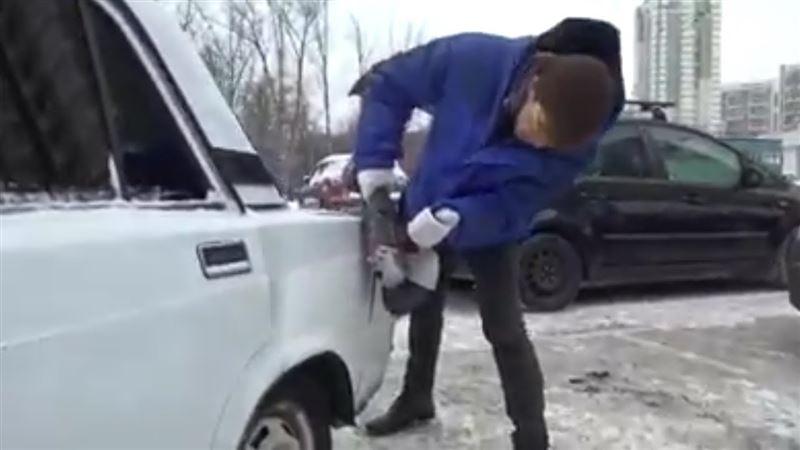 ВИДЕО: Ер адам тұраққа дұрыс қойылмаған көлікті кесіп тастады