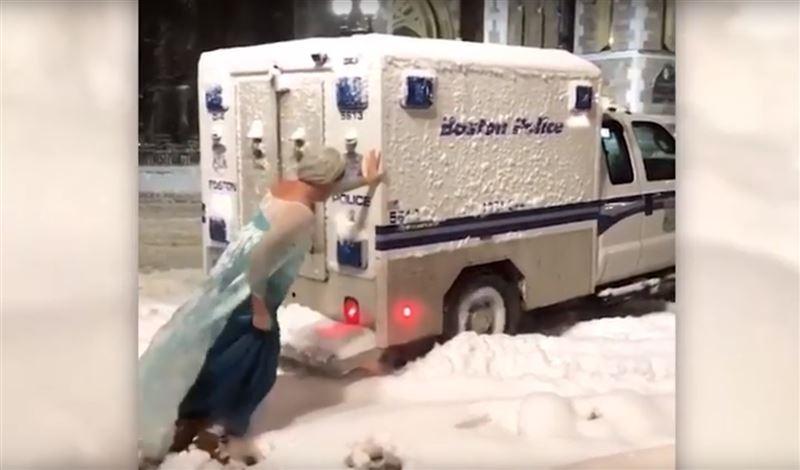 Мужчина, переодетый в диснеевскую принцессу, спас застрявшего в снегу полицейского