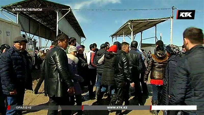 Алматы облысында жалақы алмаған жұмысшылар жолды жауып тастады