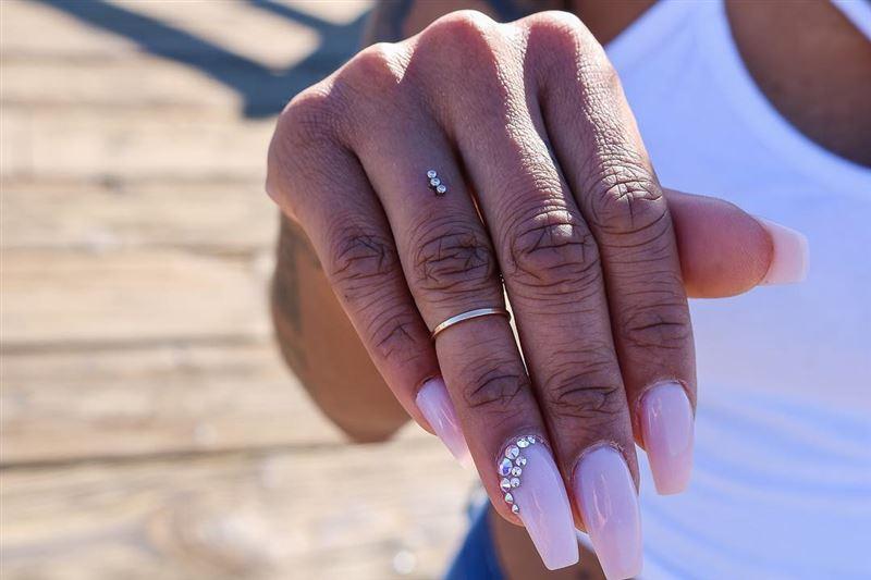 Пирсинг пальцев – новый странный тренд современных модниц
