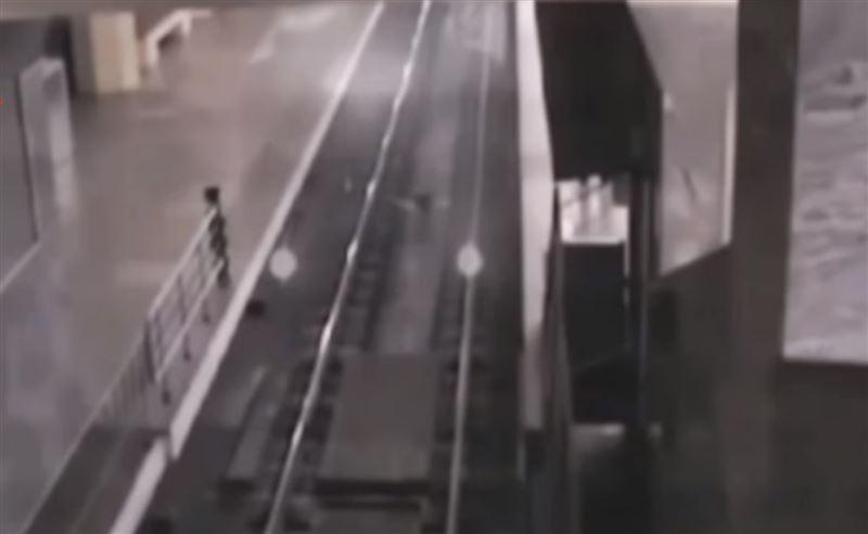 В китайском метро сняли на видео поезд-призрак