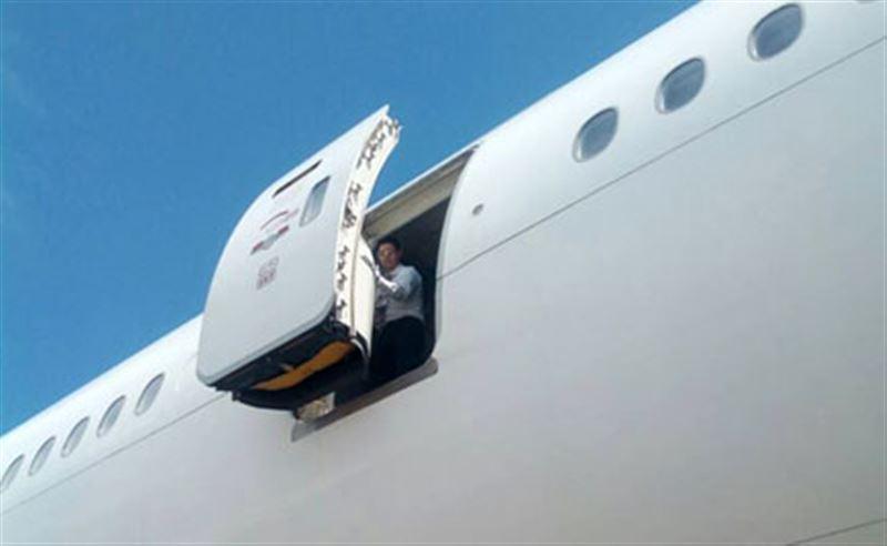 ФОТО: Стюардесса ұшақтан құлап қаза тапты
