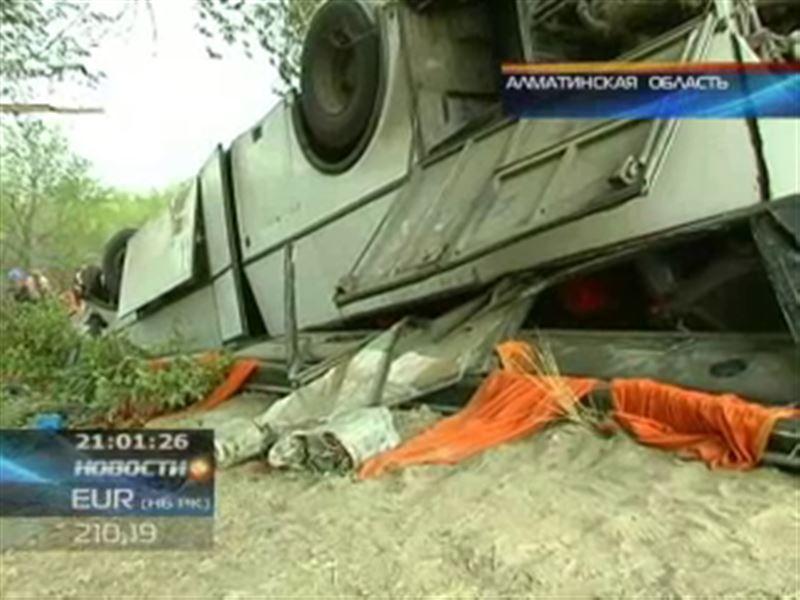 В воскресенье на автотрассе Алматы - Капшагай столкнулись автобус и внедорожник