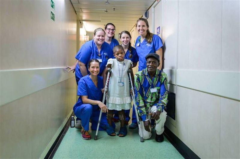 Медицинский корабль помог девочке, у которой ноги были вывернуты на 180 градусов