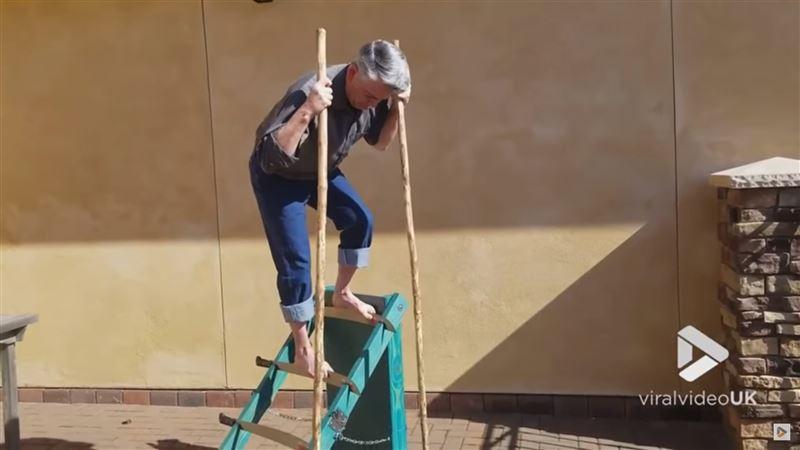 ШОК: Мужчина поднялся вверх по лезвиям ножей