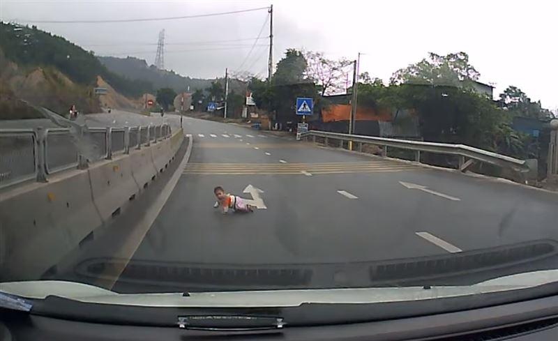 ВИДЕО: Младенец, выползший на трассу, едва не оказался под колесами авто