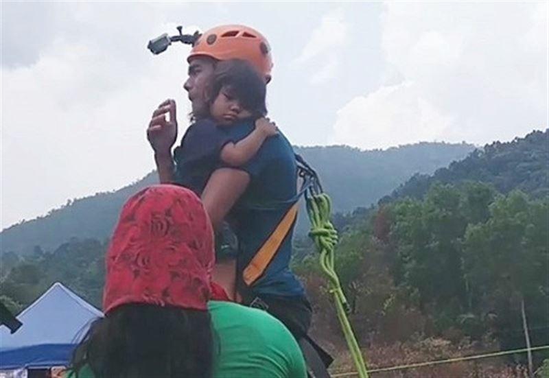 ВИДЕО: Отец прыгнул с моста на тарзанке в обнимку с двухлетней дочерью