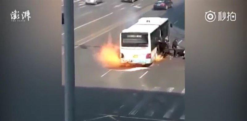 ВИДЕО: 50 жолаушы мінген автобустан өрт шығып, жарылып кетті