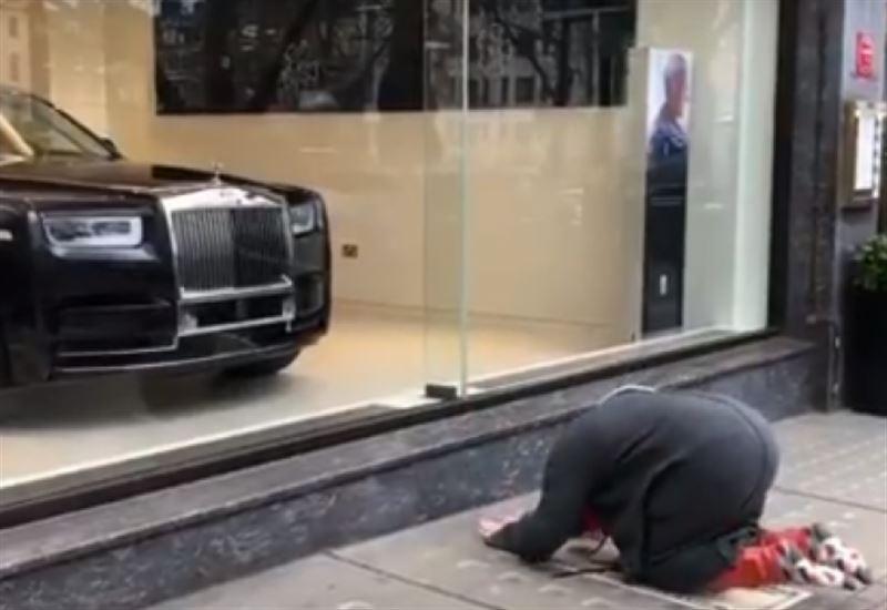 ВИДЕО: Танымал бизнесмен Лондонда көлікке  құлшылық жасады